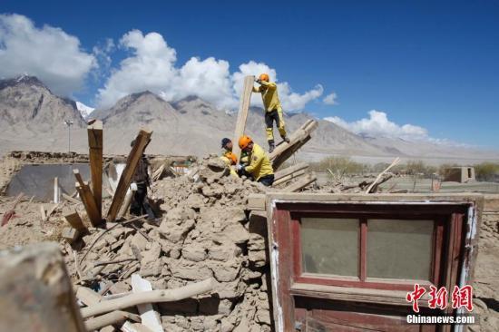 资料图:5月12日,新疆喀什地区塔什库尔干塔吉克自治县(简称塔县)震中民间志愿者助牧民转移物资。5月11日5时58分,新疆塔县发生5.5级地震,震源深度8千米。目前,地震致当地1.2万人受灾,转移安置1万人,救灾物资正在调拨当中。截至11日18时,地震共造成8人死亡、29人受伤,1.2万人受灾。倒塌房屋537户3015间,倒塌羊圈3500座,800多头(只)牲畜死亡,受损大棚150座等,地震共造成经济损失8.64亿元人民币。中新社记者 王小军 摄