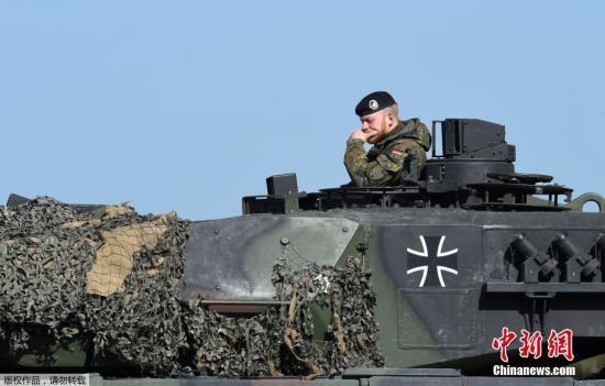 """当地时间5月11日,德国格拉芬沃尔,2017""""强大欧洲坦克挑战赛""""举行,北约成员国美国、乌克兰、德国、法国、奥地利军队参加此次挑战赛。"""
