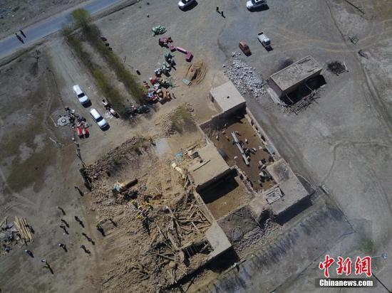 5月12日,航拍镜头下最严重区域库孜滚村,牧民阿依白给木的14间房屋12间倒塌。戎睿 摄
