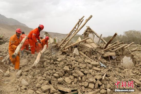 资料图:救援人员在新疆喀什地区塔什库尔干塔吉克自治县地震废墟中转运物资。 <a target='_blank' href='http://www.chinanews.com/'>中新社</a>发 王志恒 摄
