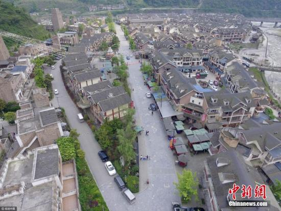 汶川地震九周年,航拍震中映秀镇小洋楼整齐排列。 莫晓 摄 图片来源:视觉中国