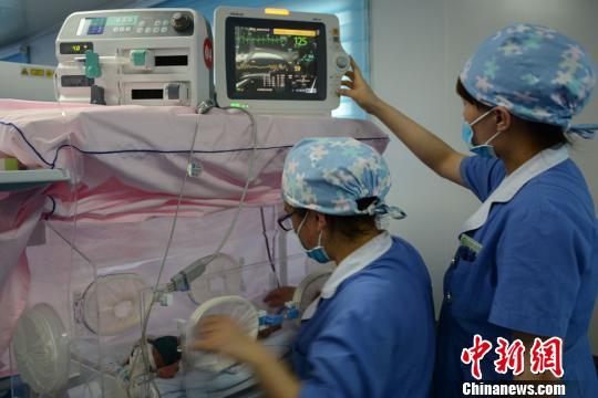 资料图:甘肃环县人民医院新生儿科的护士。 李文 摄