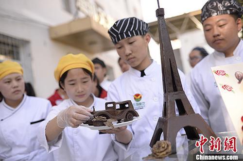 资料图:内蒙古中职院学生展示专业技能。<a target='_blank' href='http://www.chinanews.com/'>中新社</a>记者 刘文华 摄