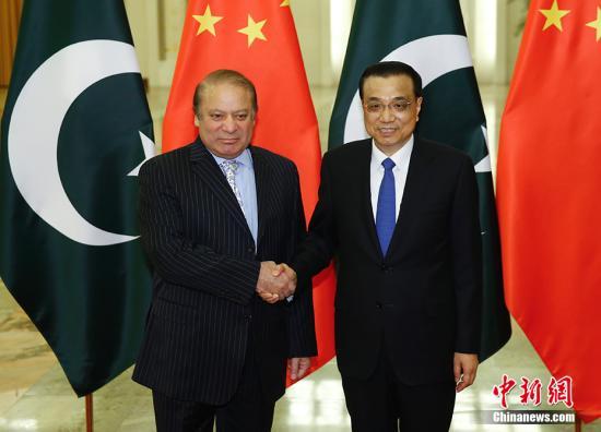 """5月13日,中国国务院总理李克强在人民大会堂会见来华出席""""一带一路""""国际合作高峰论坛的巴基斯坦总理谢里夫。 中新社记者 杜洋 摄"""
