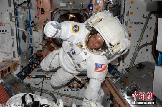 据NASA的统计数据,此次是宇航员为建设和维修国际空间站进行的第200次太空行走。国际空间站于1998年开建,当年12月7日迎来了它的第一次太空行走。图为宇航员杰克・费希尔。