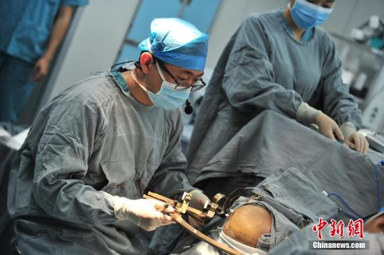 资料图:外科手术。中新社记者 刘冉阳 摄