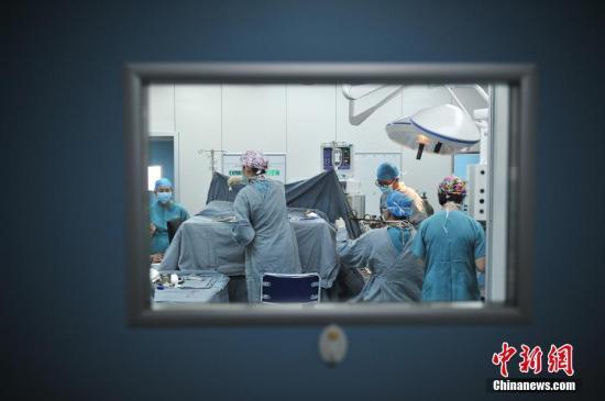 5月14日,昆明三博脑科医院的神经外科专家,通过医学专用网络平台进行手术直播。(资料图)中新社记者 刘冉阳 摄