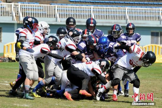 """5月13日下午,2017""""城市碗""""美式橄榄球全国联赛南昌站在八一体育场举行。江西唯一一支美式橄榄球队――南昌枪骑兵美式橄榄球队坐镇主场,迎战来访的长沙革命军美式橄榄球队。经过两个多小时的激烈对抗,南昌枪骑兵最终以47比0的悬殊比分大胜对手,取得新赛季揭幕战的胜利。美式橄榄球是在美国最流行的团队竞技体育运动,是英式橄榄球的一个变种。由于球赛中往往会与对方球员有强烈的身体冲撞,因此球员需穿戴头盔和护具出场。刘占昆 摄"""