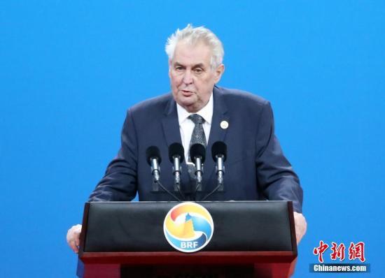 捷克总统因手臂骨折进行手术 发言人:术后状况稳定