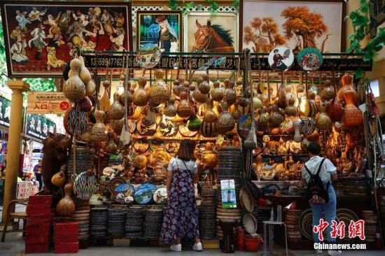 游客在新疆国际大巴扎内选购商品。记者 富田 摄