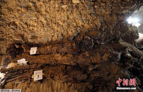 """埃及文物部当地时间5月13日宣布,考古人员在埃及中部明亚省发现一处地下墓穴,现已出土17具人类木乃伊,其中大部分保存完好。埃及文物部长哈立德・阿纳尼在发掘现场对记者说:""""这是第一次在埃及中部发现埋葬如此多人类木乃伊的古墓区。""""据介绍,此次发掘的古墓位于尼罗河西岸图纳贾巴勒古代遗址区地下8米深处。除了木乃伊,墓内还发现石棺和莎草纸卷等文物。"""