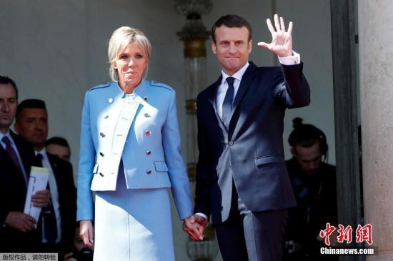 材料图:法国总统马克龙战妇人布丽凶特。