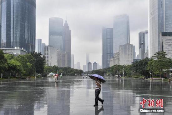 5月15日中午,广州市区已下起大雨。中新社记者 陈骥�F 摄