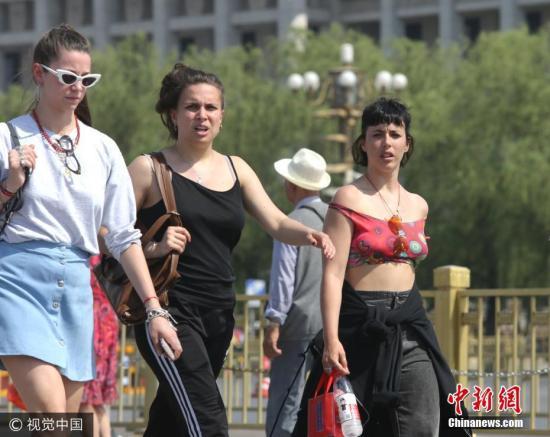 5月16日,北京,游客顶烈日游览天安门广场。当天北京艳阳高照,最高气温升至32度。虎虎生风 摄 图片来源:视觉中国