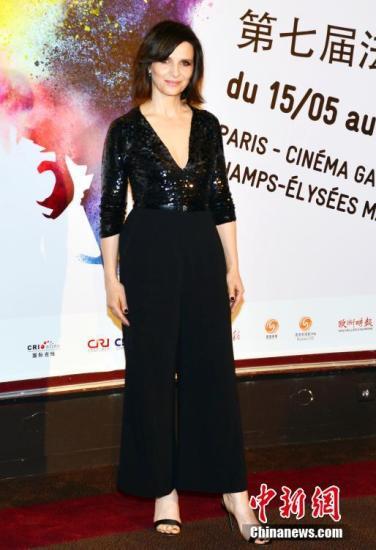 法国影星朱丽叶?比诺什出席电影节开幕式。 中新社记者 龙剑武 摄