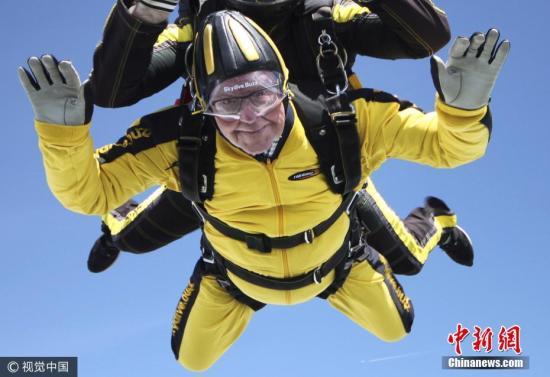 资料图片:英国101岁的海斯,于今年5月在英国德文郡霍尼顿一个机场进行跳伞。