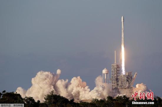 """资料图片:""""猎鹰9""""火箭将卫星送入太空。"""