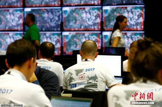 """在现实世界中的各个方面,对于网络安全的重视度也越来越高。图为当地时间4月26日,北约在爱沙尼亚首都塔林举行代号为""""锁定的盾牌2017""""的大规模网络防御演习,为保护网络安全的专业人员提供训练。来自25个北约成员国及伙伴国的近800人参加为期5天的演习,演习设置了一个虚拟的国家空军基地,模拟其电网系统、无人机、军事指挥和控制系统等遭遇网络攻击的场景。参演人员将设法维护基地的网络系统安全,预计演习中将模拟发起超过2500次网络攻击。"""