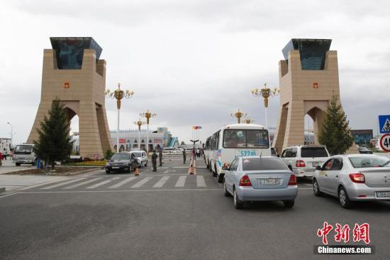 5月17日,哈萨克斯坦车辆通过中哈霍尔果斯国际边境合作中心两国连接通道。中哈霍尔果斯国际边境合作中心是建立在中国和哈萨克斯坦两国霍尔果斯口岸的跨境经济贸易区和区域合作项目,是中国与其他国家建立的首个国际边境合作中心,也是上海合作组织框架下区域合作的示范区。中心实行封闭式管理,主要功能是贸易洽谈、商品展示和销售、仓储运输、宾馆饭店、商业服务设施、金融服务、举办各类区域性国际经贸洽谈会等。<a target='_blank' href='http://www.chinanews.com/'>中新社</a>记者 富田 摄
