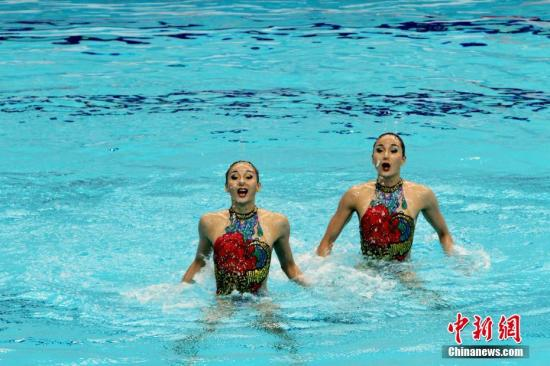 5月17日,第十三届全运会花样游泳比赛在天津奥林匹克游泳跳水馆开赛。图为蒋文文、蒋婷婷在双人技术自选赛中。中新社记者 张道正 摄