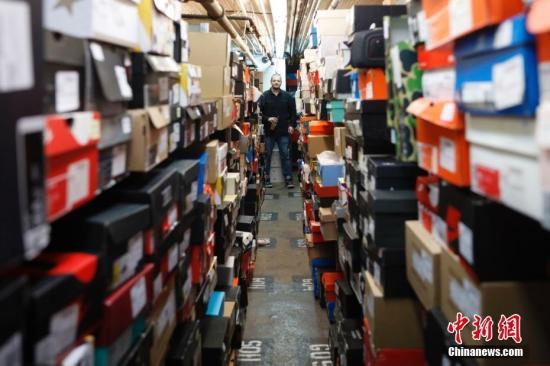 当地时间5月16日,马克菲特在自己店铺的仓库中。马克菲特的潮鞋店名为StadiumGoods,位于纽约曼哈顿SOHO商业区,该店运动鞋和街头服饰齐全同时面向收藏者服务。马克菲特去年8月将店铺入驻淘宝网天猫国际后,目前通过互联网面向中国消费者的销售额已达数百万美元,他们每天通过天猫国际向中国发货数百双。 中新社记者 廖攀 摄