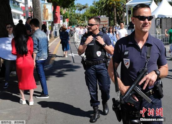 当地时间2017年5月16日,法国戛纳,警察在戛纳影节宫前巡逻,在第七十届戛纳电影节开幕前夕加强安保工作。