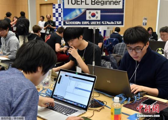 """与""""黑帽黑客""""通过病毒牟利不同,""""白帽黑客""""作为维护网络安全的民间力量,近年来不断得到各方肯定与重视。通过各个黑客大赛,很多技艺卓群的年轻人脱颖而出,他们发现漏洞的过程,也为各大网络安全厂商所借鉴。图为当地时间2015年2月7日,日本东京,日本举办""""SECCON黑客大赛"""",来自不同国家和地区的90名参赛选手参加角逐。"""