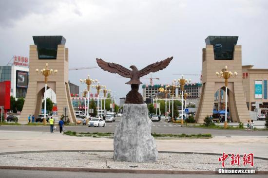 5月17日,中哈霍尔果斯国际边境合作中心两国连接通道旁的金雕广场。中哈霍尔果斯国际边境合作中心是建立在中国和哈萨克斯坦两国霍尔果斯口岸的跨境经济贸易区和区域合作项目,是中国与其他国家建立的首个国际边境合作中心,也是上海合作组织框架下区域合作的示范区。中心实行封闭式管理,主要功能是贸易洽谈、商品展示和销售、仓储运输、宾馆饭店、商业服务设施、金融服务、举办各类区域性国际经贸洽谈会等。<a target='_blank' href='http://www.chinanews.com/'>中新社</a>记者 富田 摄