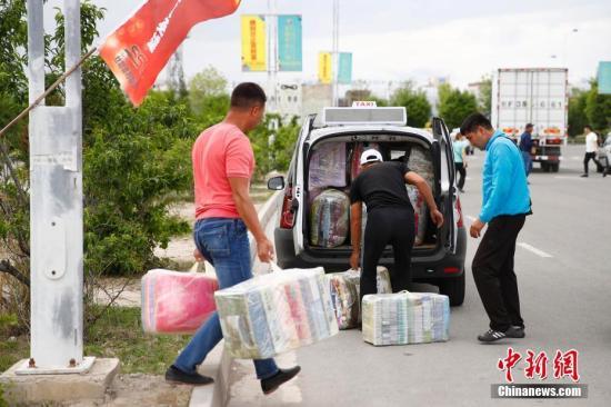 在中哈霍尔果斯国际边境合作中心,哈萨克斯坦顾客把货物塞满汽车。<a target='_blank' href='http://www-chinanews-com.appcall.net/'>中新社</a>记者 富田 摄