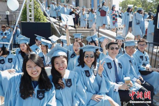 当地时间5月17日,哥伦比亚大学毕业典礼上的中国留学生。当日,纽约哥伦比亚大学在校园举行毕业典礼,15000余名学生学成毕业。 <a target='_blank' href='http://www.chinanews.com/'>中新社</a>记者 廖攀 摄