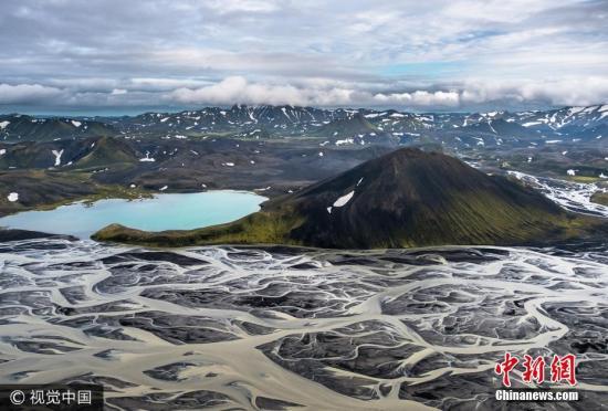2017年5月18日讯(具体拍摄时间不详),冰岛,44岁的Stas Bartnikas在冰岛南部300米的空中拍摄下这些火山黑沙与冰川河相融合的壮观景象。图片来源:视觉中国