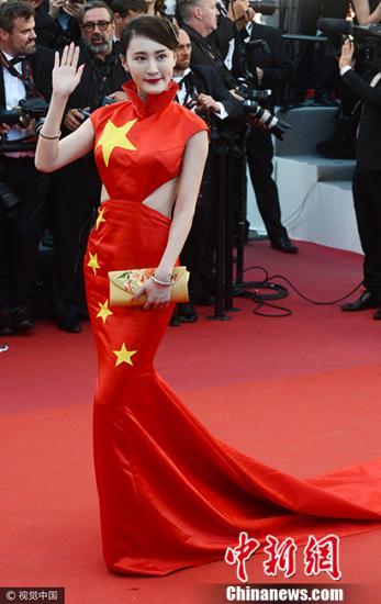 """当地时间5月17日,第70届戛纳电影节开幕式红毯环节举行,中国女星红毯斗艳。图为网红徐大宝""""国旗装""""抢镜。图片来源:视觉中国"""