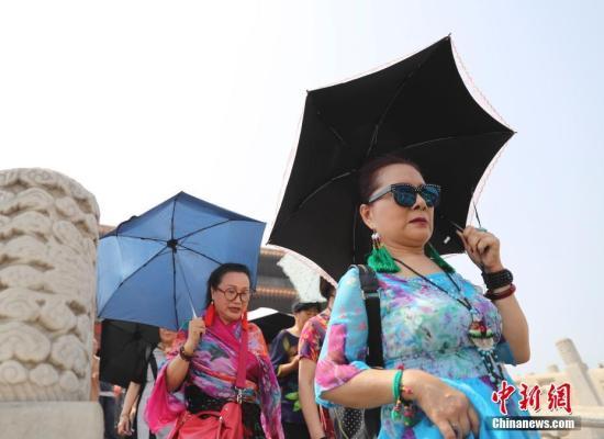 5月18日,游客在北京故宫博物院参观。北京持续高温,中央气象台于17日18时发布高温黄色预警。中新社记者 杜洋 摄