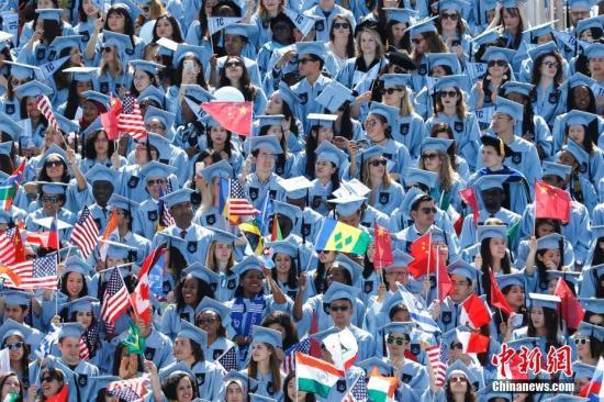 资料图:2017年哥伦比亚大学毕业典礼毕业生席位上有着很多华人学生。/p中新社记者 廖攀 摄
