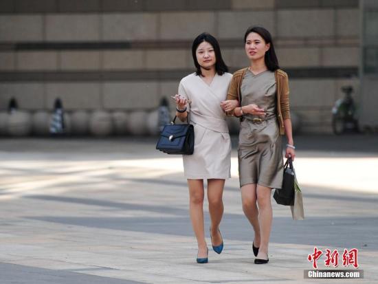 资料图:5月18日,辽宁沈阳民众清凉出行。当日,沈阳最高气温达32℃。中新社记者 于海洋 摄