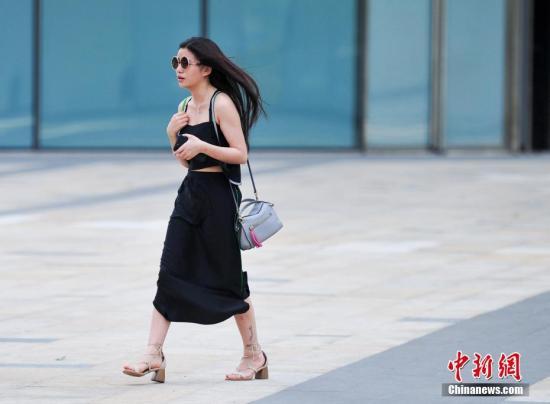 5月18日,辽宁沈阳民众清凉出行。中新社记者 于海洋 摄