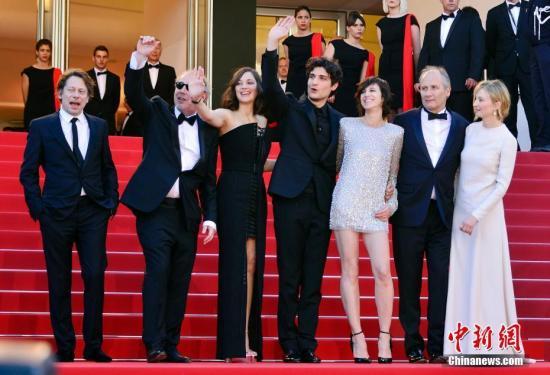 第七十届戛纳国际电影节17日拉开序幕,国际影坛、娱乐界和时尚界各路明星纷纷踏上开幕式红地毯。图为开幕影片《伊斯梅尔的幽魂》主创集体亮相开幕式红毯秀。 中新社记者 龙剑武 摄
