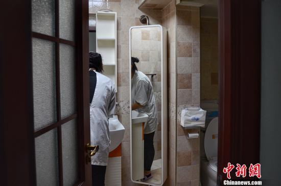 """""""妈妈们现在获得哺乳喂养知识渠道太窄"""" 根据卫生计生系统统计数据,2016年全年我国新生儿分娩数为1846万人。在国家卫生计生委2014年公布的数据中显示,中国母乳喂养率16年间下降了近40%,6个月内婴儿纯母乳喂养率仅为27.8%,远低于国际水平。而即便是在北京上海等一线城市,真正具备专业知识的哺乳指导也是凤毛菱角。医生能提供的帮助基本上就是建议,想尽一切方法通乳。 中新网记者 李霈韵 摄"""