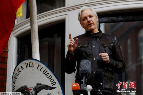 资料图:阿桑奇在厄瓜多尔驻伦敦大使馆的阳台上发表声明。