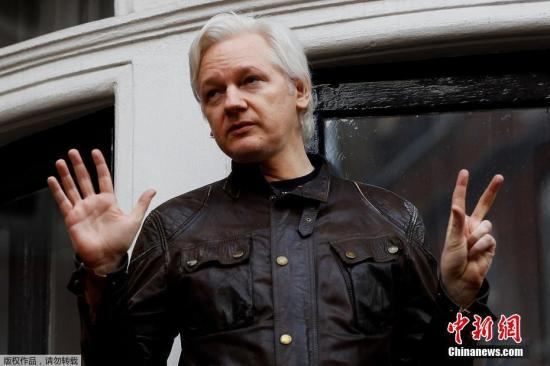 阿桑奇被英方逮捕后,英国最高法院裁定将他引渡至瑞典。2012年6月,阿桑奇在保释期间躲进位于伦敦的厄瓜多尔驻英国使馆,随后获得厄方政治避难许可。