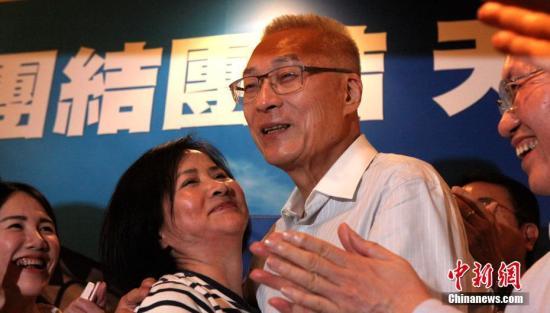 5月20日,中国国民党举行党主席选举。据该党中央党部开票结果,前台湾当局副领导人吴敦义以14万4408票、52.24%得票率从6名候选人中胜出,当选新一任国民党主席。图为吴敦义胜选后与妻子蔡令怡拥抱。 <a target='_blank' href='http://www.chinanews.com/'>中新社</a>记者 刘舒凌 摄