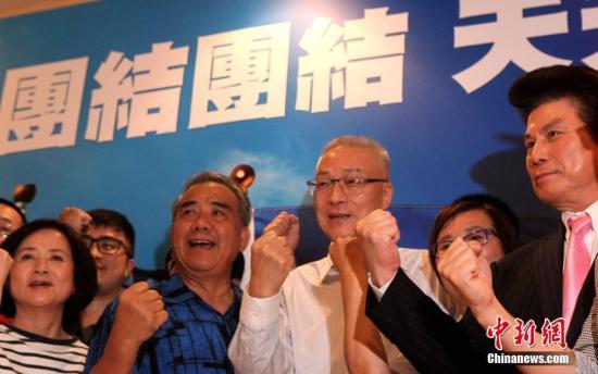 5月20日,中国国民党举行党主席选举。据该党中央党部开票结果,前台湾当局副领导人吴敦义以14万4408票、52.24%得票率从6名候选人中胜出,当选新一任国民党主席。图为吴敦义胜选后呼吁党内团结、加油。 <a target='_blank' href='http://www.chinanews.com/'>中新社</a>记者 刘舒凌 摄