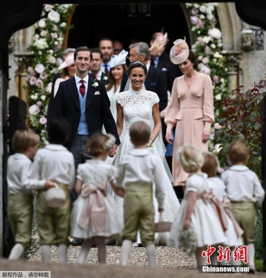 """当地时间5月20日,凯特王妃妹妹大婚。英国凯特王妃(Kate Middleton)亲妹妹皮帕・米德尔顿(Pippa Middleton)2011年因担任伴娘,穿着白色礼服替姐姐整理婚纱的一张照片,让她在当时被称为""""最有名伴娘"""",终于在6年后,换她成为婚礼主角,正式嫁给金融家詹姆斯(James Matthews),外甥乔治小王子和外甥女夏洛特公主担任花童,场面温馨又热闹。"""