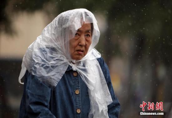 5月22日,民众在雨中出行。中新社记者 杨可佳 摄