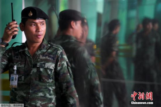 泰国政府发言人表示,总理巴育在获悉此次军队医院炸弹袭击事件后,已下令进行彻查,并呼吁民众不要恐慌。据悉,目前大部分伤者已经出院,尚有8人留医治疗。