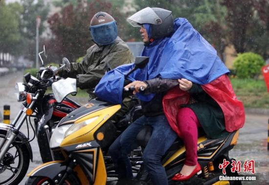 这场降雨也是北京近两个月以来、首场全市性的明显降水,降水量充沛,对缓解旱情有很大帮助。中新社记者 杨可佳 摄