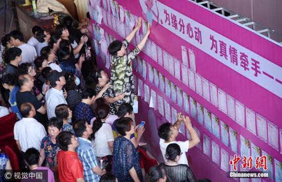 """2017年5月20日,河北省邯郸市首届公益家长相亲会举行,活动为邯郸众多单身男女提供相互认识和了解的机会。据了解,此次""""家长相亲会""""有近400名家长和单身男女参加,其中大部分是家长,由于儿女工作忙,所以,家长们来代为参加相亲。图片来源:视觉中国"""