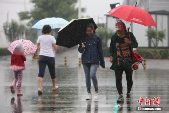 资料图:北京出现降雨。中新社记者 杨可佳 摄