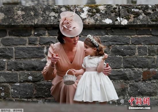 """资料图片:凯特王妃妹妹大婚。英国凯特王妃(Kate Middleton)亲妹妹皮帕・米德尔顿(Pippa Middleton)2011年因担任伴娘,穿着白色礼服替姐姐整理婚纱的一张照片,让她在当时被称为""""最有名伴娘"""",终于在6年后,换她成为婚礼主角,正式嫁给金融家詹姆斯(James Matthews),外甥乔治小王子和外甥女夏洛特公主担任花童,场面温馨又热闹。"""