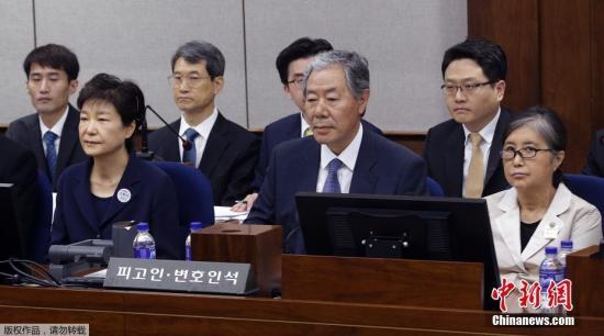 朴槿惠与崔顺实共同坐上被告席。